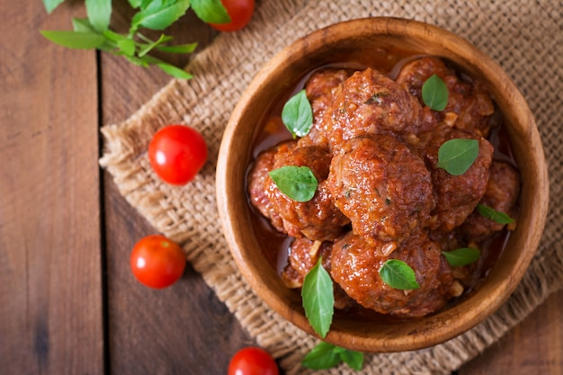 Pulpety W Słodko-kwaśnym Sosie Pomidorowym I Bazylią W Drewnianej Misce Darmowe Zdjęcia