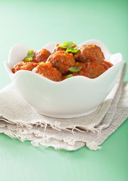 Pulpety Z Sosem Pomidorowym W Misce Premium Zdjęcia