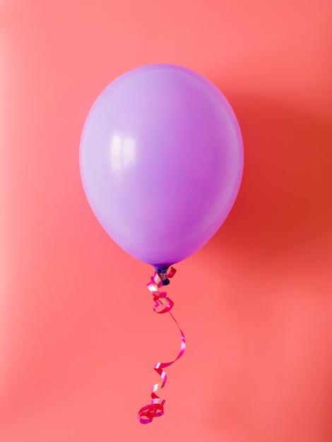 Purpurowy Balon Na Różowym Tle Darmowe Zdjęcia