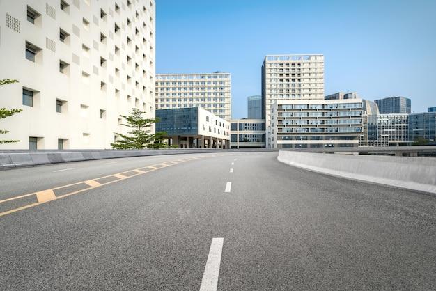 Pusta autostrada z pejzażem miejskim i linią horyzontu shenzhen, chiny Premium Zdjęcia