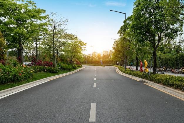 Pusta autostrada z pejzażem miejskim i linią horyzontu shenzhen, chiny. Premium Zdjęcia