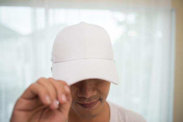 Pusta biała czapka na głowie gotowa na branding. Darmowe Zdjęcia