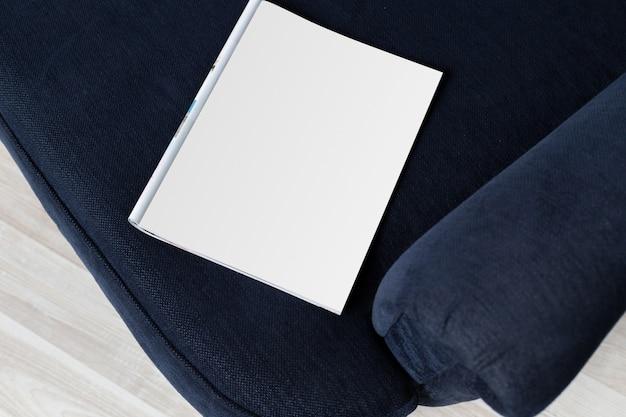 Pusta Biała Strona Czasopisma Na Kanapie Premium Zdjęcia