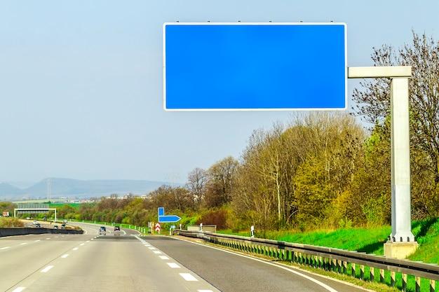 Pusta Błękitna Autostrada Podpisuje Drogę W Słonecznym Dniu Premium Zdjęcia