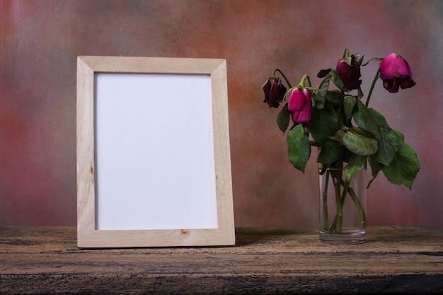 Pusta Drewniana Obrazek Rama Na Stole Premium Zdjęcia