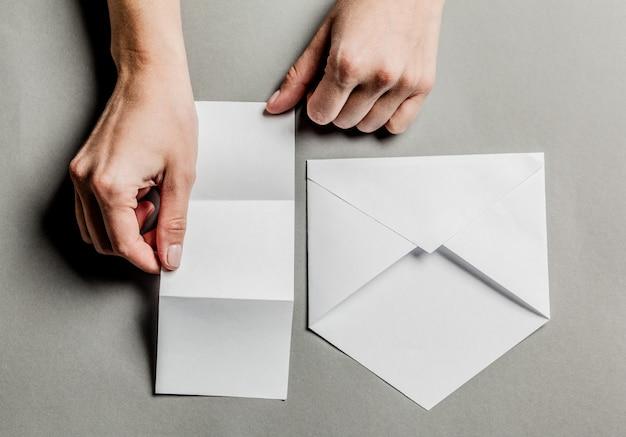 Pusta Karta W Białej Kopercie Premium Zdjęcia