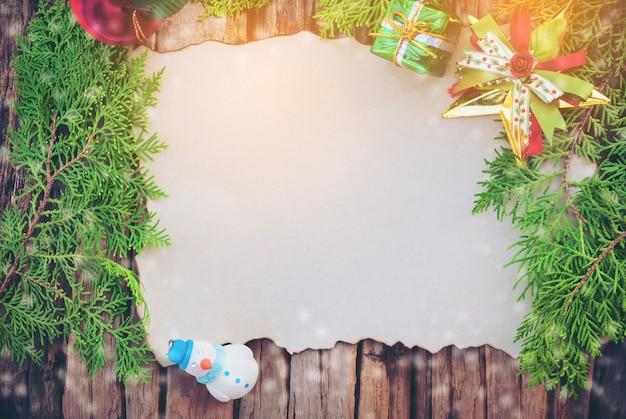 Pusta Kartka Bożonarodzeniowa Na Drewnianym Tekstury Tle Z Inny Dekoruje Rzeczy Darmowe Zdjęcia