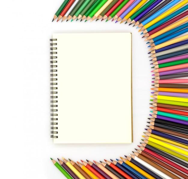 Pusta Książka Otoczona Ołówkami W Różnych Kolorach Premium Zdjęcia