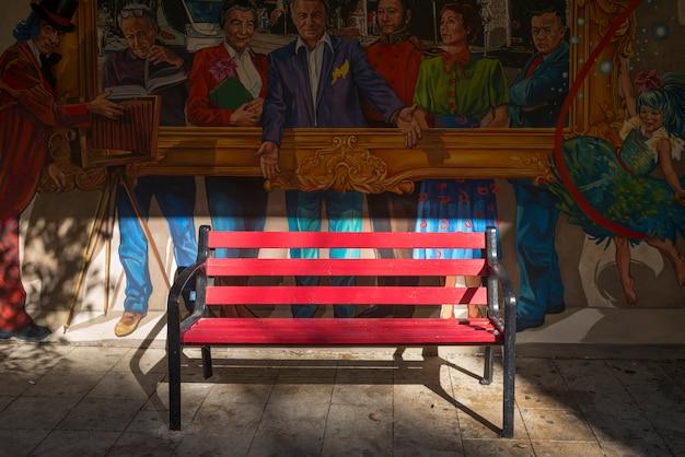 Pusta ławka Przed Uliczną Sztuką Na Budynek ścianie, Jerozolima, Izrael Premium Zdjęcia