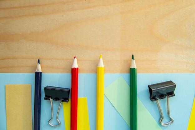 Pusta przestrzeń dla teksta i papeterii na drewnianym tle. Premium Zdjęcia