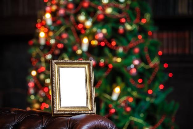 Pusta Pusta Ramka Na Zdjęcia W Boże Narodzenie Ozdobione Nieostre Tło Ze światłami Zabawek Premium Zdjęcia