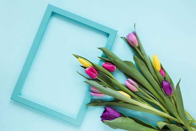 Pusta Rama I Bukiet Kolorowych Kwiatów Tulipanów Darmowe Zdjęcia