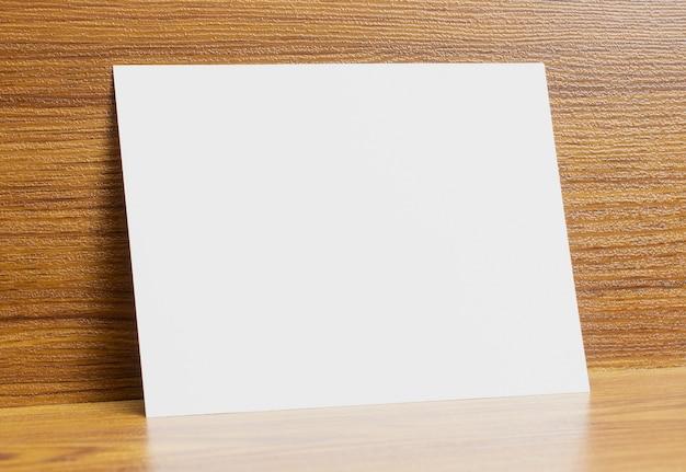 Pusta Rama Papieru A6 Zablokowana Na Drewnianym Biurku Z Teksturą Darmowe Zdjęcia