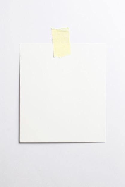 Pusta Ramka Na Zdjęcia Polaroid Z Miękkich Cieni I żółtej Taśmy Klejącej Na Białym Tle Na Białym Papierze Darmowe Zdjęcia