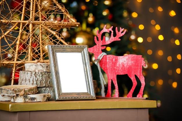 Pusta Ramka Na Zdjęcia W świątecznym Wnętrzu Premium Zdjęcia
