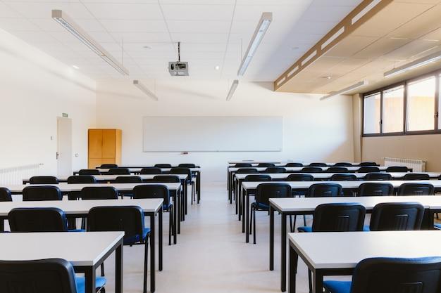 Pusta sala lekcyjna na uniwersytecie edukacyjnym Premium Zdjęcia
