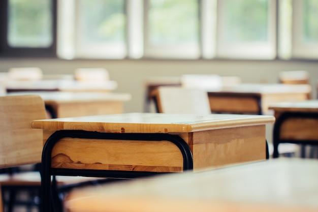 Pusta Szkolna Klasa Z Biurkami I Krzesłami Premium Zdjęcia