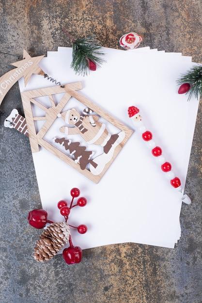 Puste Arkusze Papieru Z Dekoracjami świątecznymi Na Marmurowej Przestrzeni. Darmowe Zdjęcia