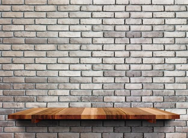 Puste drewniane półki na czarnym murem. Premium Zdjęcia