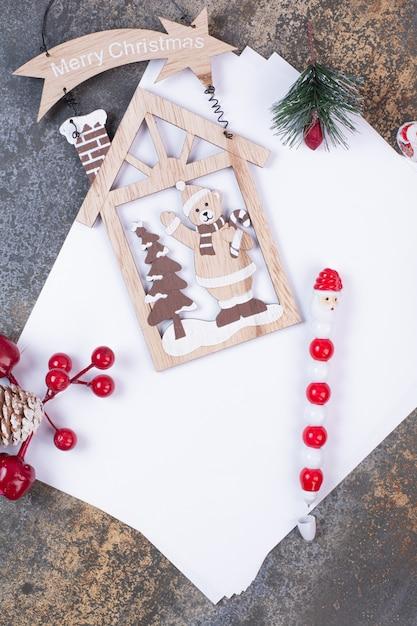 Puste Kartki Papieru Z Dekoracjami świątecznymi Na Marmurowej Przestrzeni. Darmowe Zdjęcia