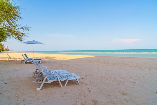 Puste Krzesło Plażowe Na Piasku Z Morzem Oceanu Premium Zdjęcia
