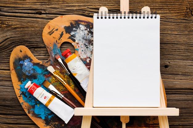 Puste Miejsce Na Kopię Notatnika I Farby Premium Zdjęcia