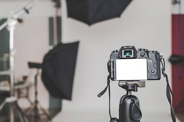 Puste Miejsce W Profesjonalnym Aparacie Fotograficznym W Studiu Fotograficznym Na Tle źródeł światła Softbox. Premium Zdjęcia