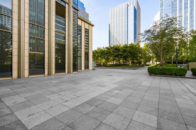 Puste podłogi i budynki biurowe w centrum finansowym, qingdao, chiny Premium Zdjęcia