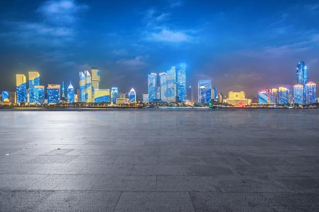 Puste podłogi i miejska linia horyzontu w qingdao, chiny Premium Zdjęcia
