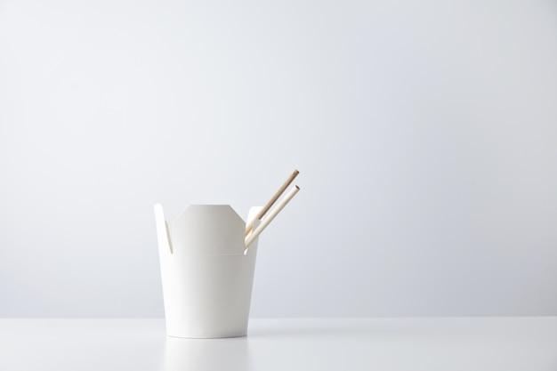 Puste Pudełko Makaronu Na Wynos Z Pałeczkami Wewnątrz Przedstawione Z Boku I Na Białym Tle Darmowe Zdjęcia