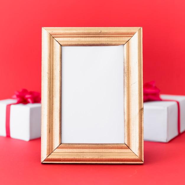 Puste rama z pudełka na stole Darmowe Zdjęcia