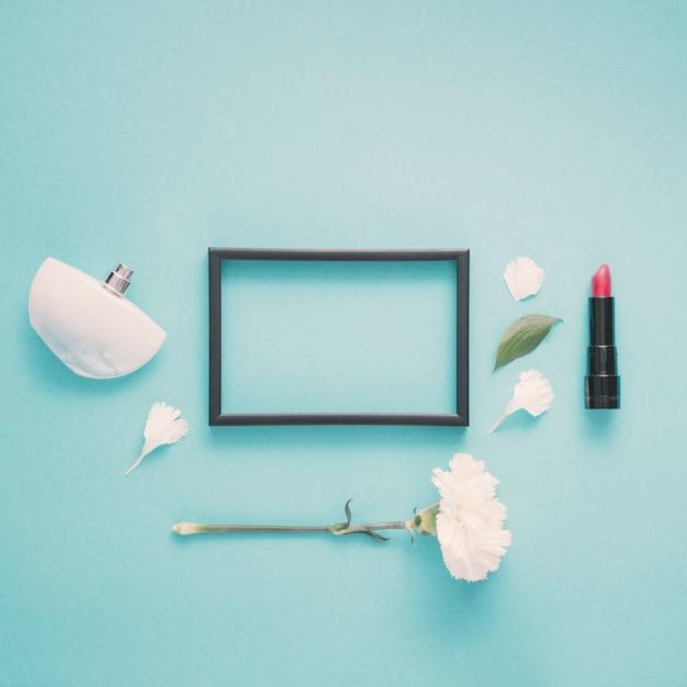 Puste rama z szminki i kwiat na stole Darmowe Zdjęcia