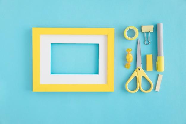 Puste Ramki Z Białym I żółtym Obramowaniem I Piśmiennych Na Niebieskim Tle Darmowe Zdjęcia