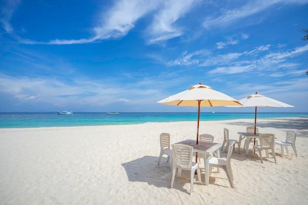 Puste Stoły I Krzesła Z Parasolem Na Plaży, W Pobliżu Morza. Premium Zdjęcia
