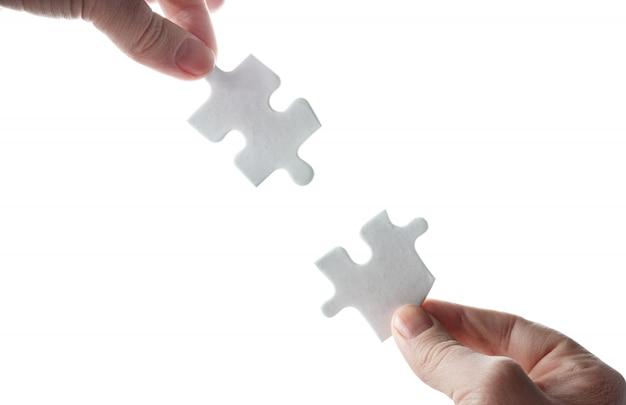 Puste Układanki W Rękach Na Białej Powierzchni Premium Zdjęcia