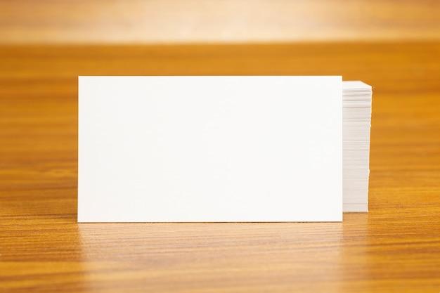 Puste Wizytówki Zablokowane Na Stosie O Wymiarach 3,5 X 2 Cale Darmowe Zdjęcia