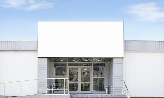 Pusty Biały Duży Prostokątny Pudełko Na Sklepie, Nieba Tło Premium Zdjęcia