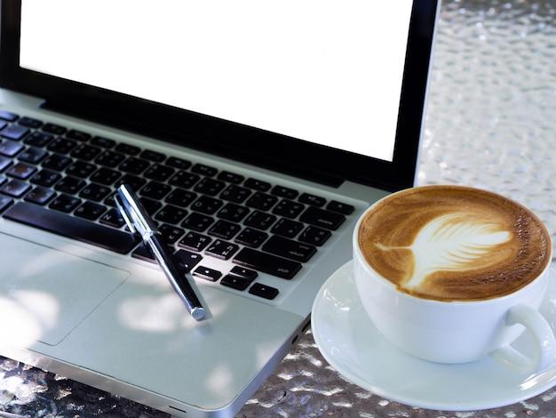Pusty biały ekran laptopa Premium Zdjęcia