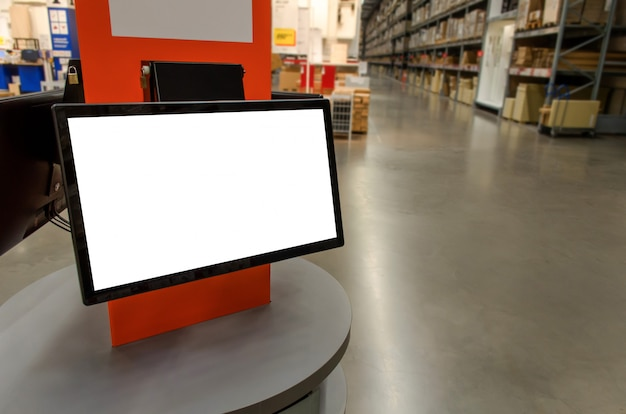 Pusty biały ekran monitora na biurku licznika w magazynie towarów w fabryce Premium Zdjęcia