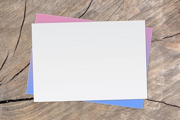 Pusty biały papier na starym drewnianym tle dla wejściowego teksta. Premium Zdjęcia