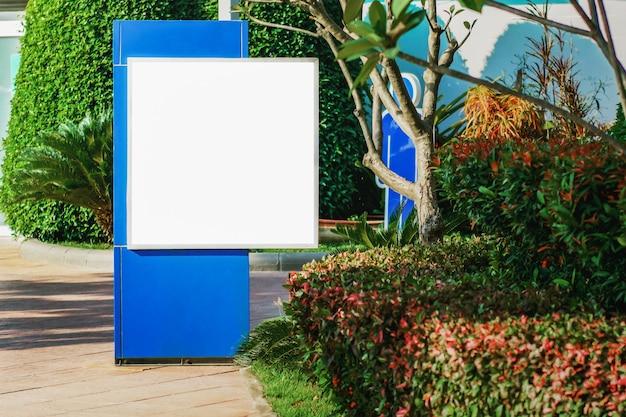 Pusty Billboard W Parku W Mieście Premium Zdjęcia