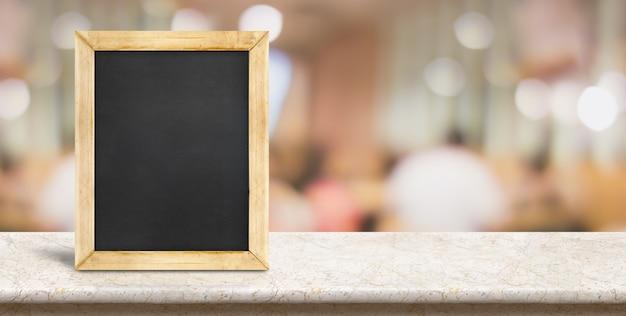 Pusty Blackboard Na Marmuru Stole Przed Plam Ludźmi łomota Przy Restauracyjnym Tłem Premium Zdjęcia