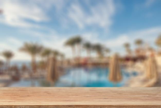Pusty Blat Na Tle Basenu, Palm I Plaży Morskiej Premium Zdjęcia