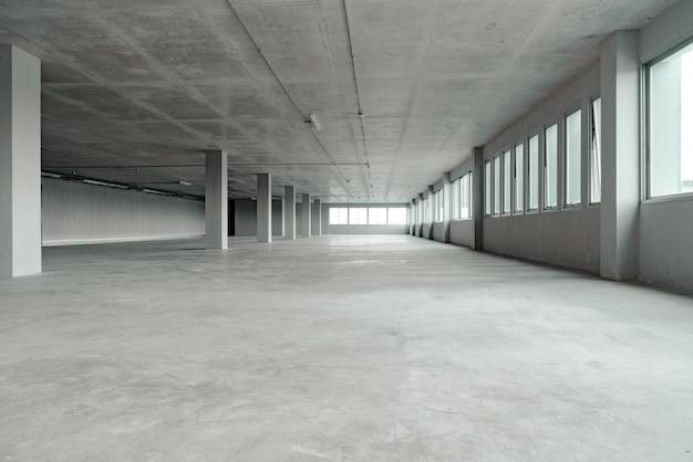 Pusty budynek biurowy z konstrukcją cementową Premium Zdjęcia