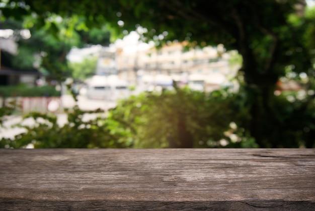 Pusty Ciemny Drewniany Stół Z Przodu Streszczenie Niewyraźne Tło Kawiarni I Kawiarni Wnętrza. Może Być Używany Do Wyświetlania Lub Montażu Produktów. Premium Zdjęcia