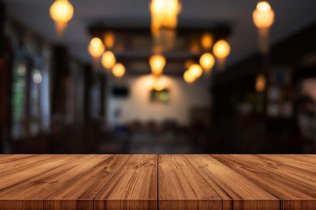 Pusty Drewniany Blat Z Niewyraźne Tło Wnętrza Kawiarni Lub Restauracji. Może Być Używany Do Wyświetlania Produktu. Premium Zdjęcia