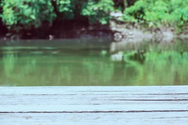 Pusty drewniany deska taras nad zielonym rzeki i lasu tłem Darmowe Zdjęcia
