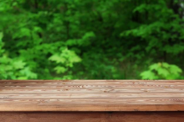 Pusty drewniany stół nad bokeh tłem. Premium Zdjęcia