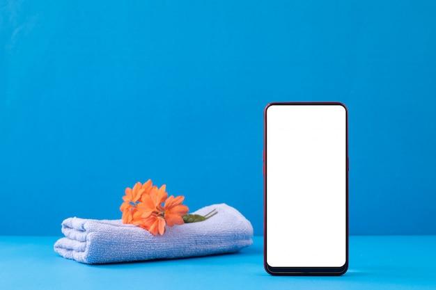 Pusty Ekran Na Makieta Smartfonie Na Niebieskim Tle. Premium Zdjęcia