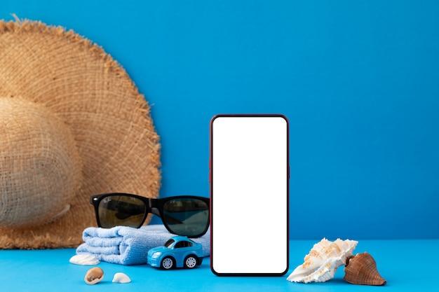 Pusty Ekran Na Smartfonie Z Akcesoriami Traveler Premium Zdjęcia